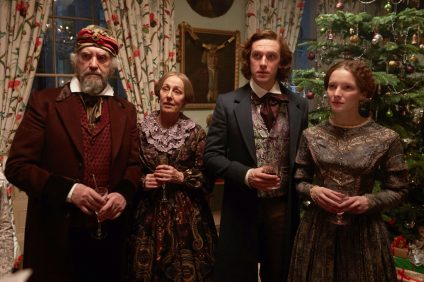 (L to R) Jonathan Pryce as Mr. John Dickens, Ger Ryan as Mrs. Dickens, Dan Stevens as Charles Dickens, and Morfydd Clark as Kate Dickens in director Bharat Nalluri's THE MAN WHO INVENTED CHRISTMAS, a Bleecker Street release. Credit: Kerry Brown / Bleecker